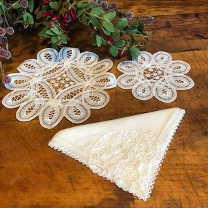 Vtg set handmade doilies w/ handkerchief, EUC, 🎁